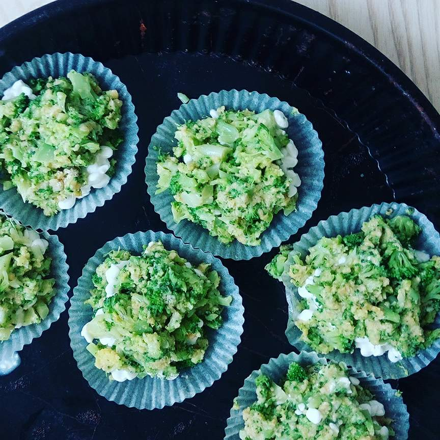sunde broccoli-cheese muffins med hytteost